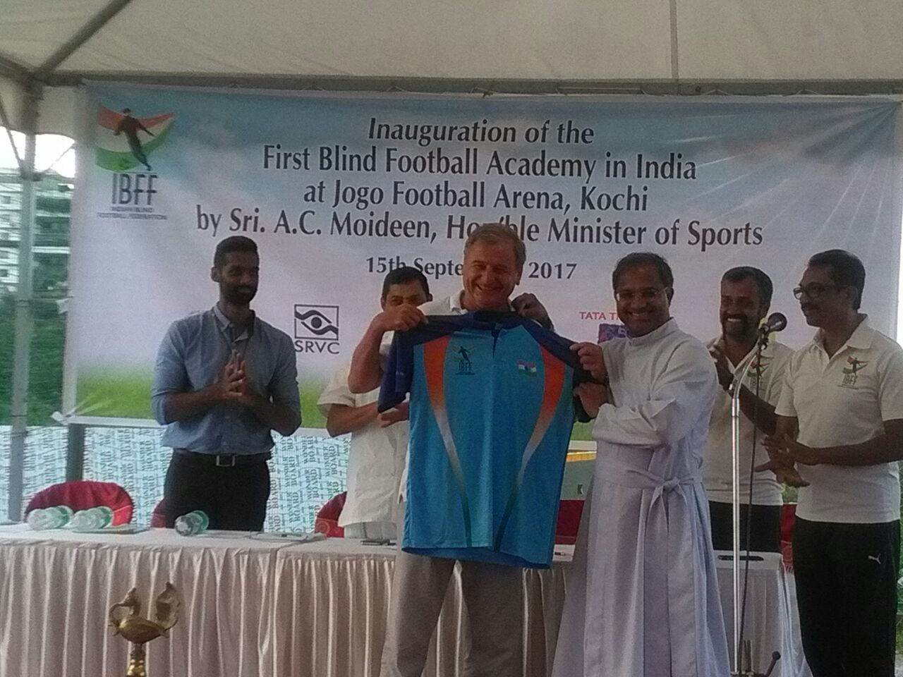 Ulrich Pfisterer presenting new indian team jersey