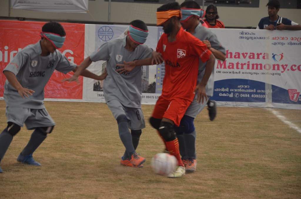 shillong players defending attack from kerala palyer