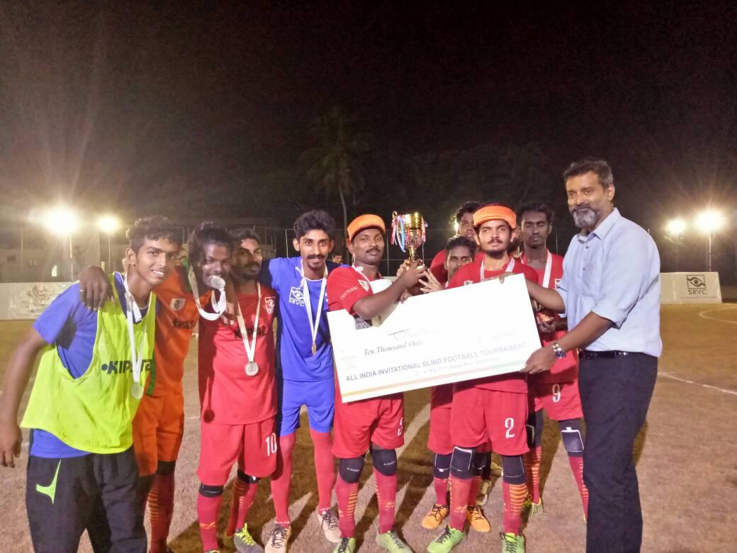 Actor Sijoy Varghese giving cash price to kerala team